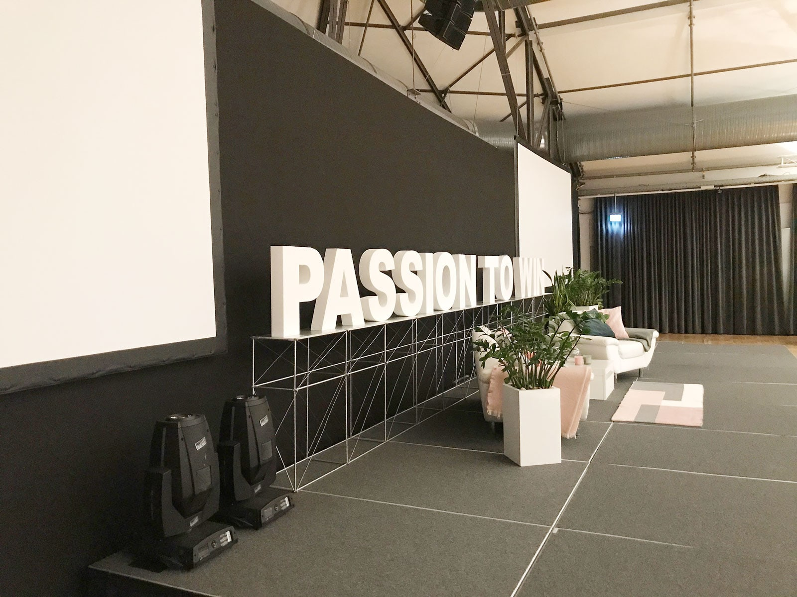 Bühne PASSION TO WIN schräg: Event Agentur creative Drummer, Berlin